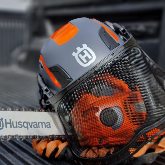 Fancy a fresh ventilated helmet for the forthcoming warm weather?Welcome Husqvarna's new Spire climbing helmet which you can accessorise with mesh visors and ear defenders.Visor and ear defenders not included.#honeybros #husqvarna #husqvarnaspirevent #honeybrothers #climbing #arborist #climbinghelmet #treesurgeon #climber