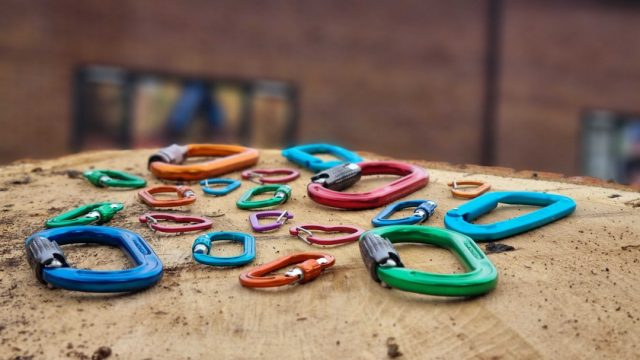 Brighten up your kit with our large array of colourful carabiners. ☀️#honeybros #colourfulcarabiner #honeybrothers #arbkit #climbinggear #arborist #treesurgeon #dmm #edelrid #rockexotica #toolclips #carabiners