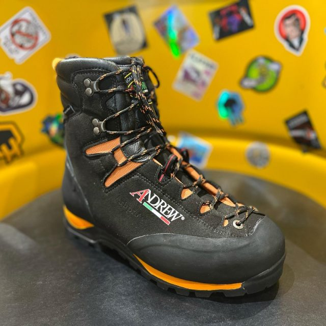 NEW in from @arbpro are the Cervino Wood XP climbing chainsaw boots by Andrew's 🥾Super lightweight and with a Vibram sole, they also come complete with EX loop and boot attachment loops for SRT use.#honeybrothers #honeybros #arbpro #chainsawboots #arb #treeclimber #arborist #vibramsole