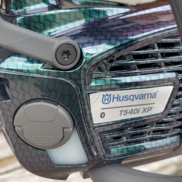 🎁 GIVEAWAY 🎁We have teamed up with @husqvarnauk to give you the chance to win this one-off custom hydro-dipped Husqvarna T540i XP chainsaw in this amazing iridescent carbon pattern! 🤩☄️👉 Simply complete the 2-minute survey to enter, link in the bioWinners announced 21st June (survey closes midnight 20th June 2021) good luck!#honeybrothers #husqvarna #hydrodipping #chainsaw #arborist #arb #hydrodipped